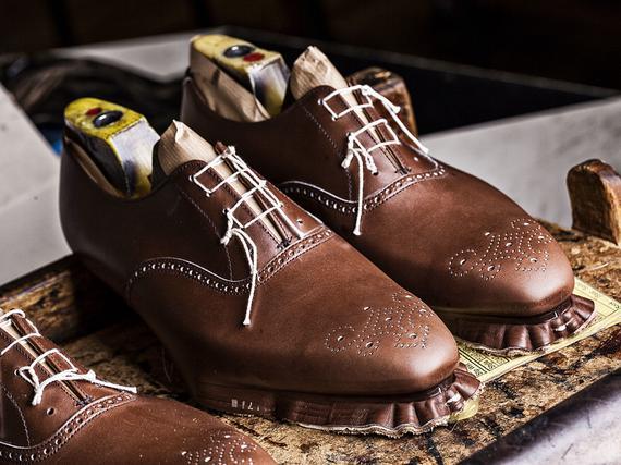 Crockett   Jonesin kengät valmistuvat yhä perinteisin menetelmin ja suurin  osa koneistakin on käsikäyttöisiä. 38b79239e8