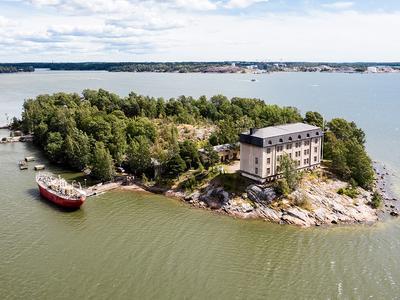 Haluatko oman historiallisen saaren Helsingin edustalla ja eläintarhan...