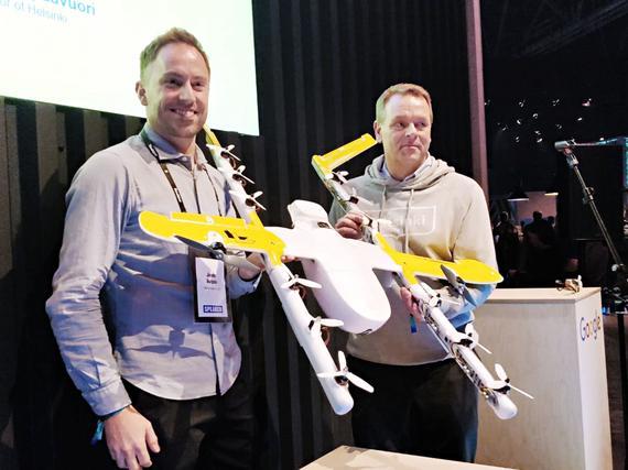 Google) aloittaa Drone-lennot Helsingissä. James Ryan Burgess esitteli  yhtiön lennokkia pormestari Jan Vapaavuorelle Slushissa. SUVI KORHONEN 12934b2356