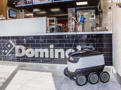 Pitsaketju aloittaa kotiinkuljetukset robotilla - tämä kuljetin ei aja autotiellä