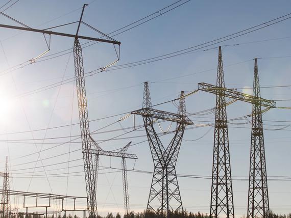 Kansa raivoaa sähkönsiirtomaksuista, Sipilä ja Rinne vaativat julkista omistusta – nyt löytyi toisenlainen konsti leikata miljardi euroa