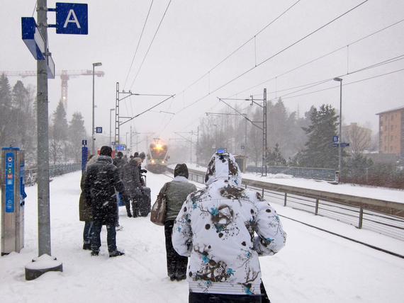 Hankala sää sai VR:n perumaan lähijunavuoroja tänään tiistaina - kaukojunissa kannattaa varautua ...